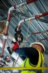 Электрический пресс-инструмент Viega настолько прост в обращении, что монтаж быстро и безопасно выполняется даже в труднодоступных местах помещений, в том числе под потолком.